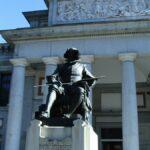 Estatua de Velazquez frente al Museo del Prado de Madrid