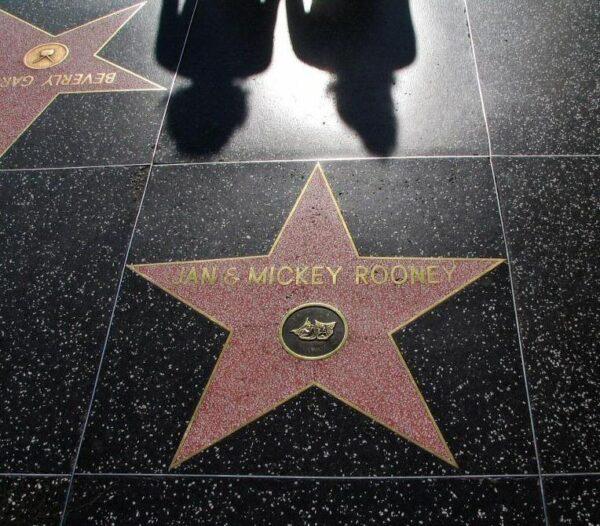 Estrellas de artistas en el Paseo de la Fama de Hollywood