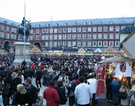 Tradicional mercadillo navideños en la Plaza Mayor de Madrid en España