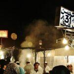 Cenar en chiringuitos de la plaza Jemaa El Fna de Marrakech en Marruecos