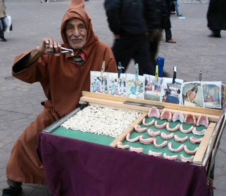 Vendedor de dentaduras postizas en la Plaza Jemaa El Fna de Marrakech - Marruecos