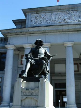 Estatua de Velazquez frente al Museo del Prado de Madrid en España