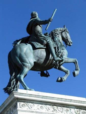 Estatua ecuestre de Felipe IV en la Plaza de Oriente de Madrid en España