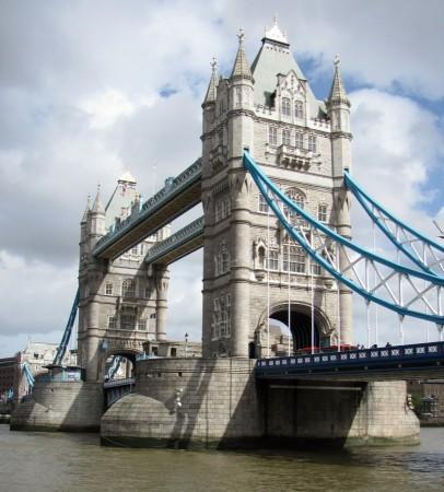 Tower Bridge sobre el río Támesis en Londres