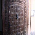 Puerta tallada en el Museo de Marrakech en el Palacio Mnebhi