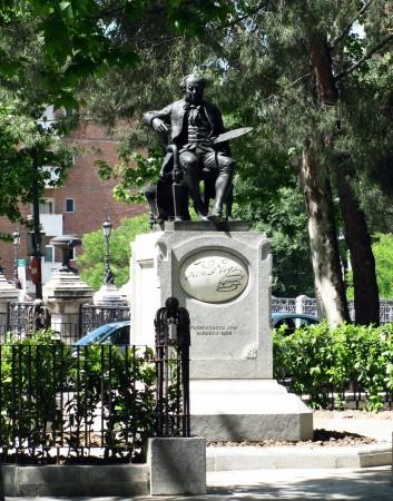 Estatua de Goya frente a la Ermita de San Antonio de la Florida en Madrid