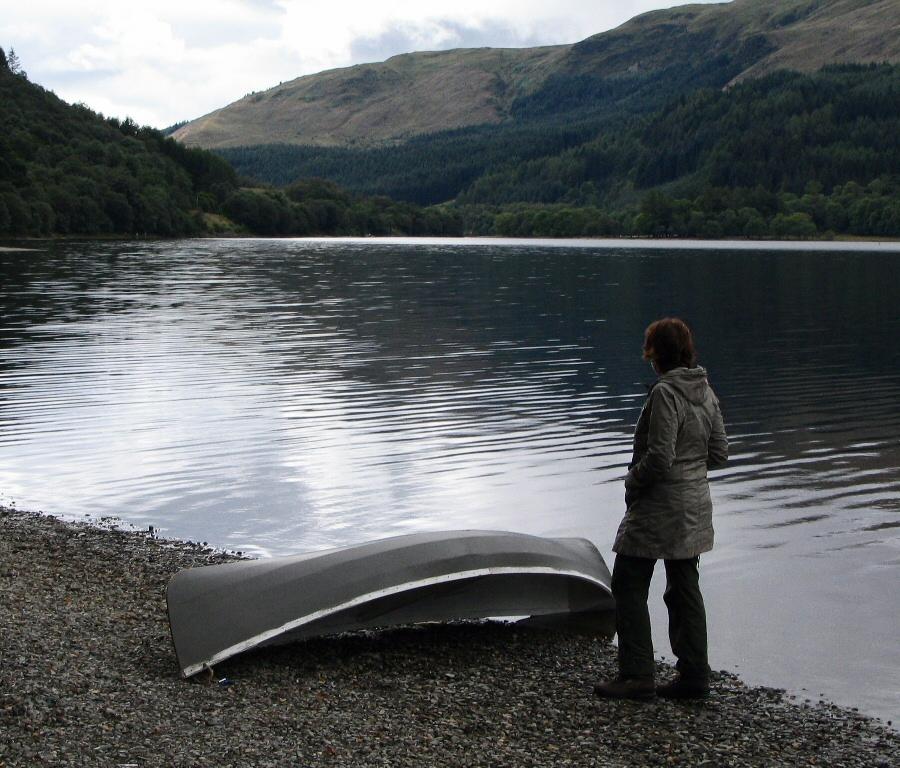 Lago en el parque natural de Trossachs en las Tierras Bajas de Escocia