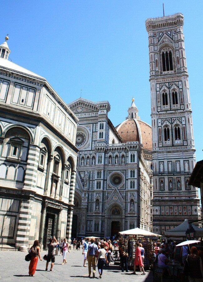 Monumentos de la plaza del Duomo de Florencia en Italia