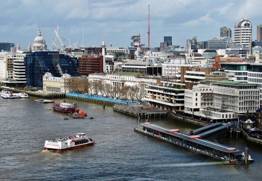 Vistas desde la pasarela del puente levadizo Tower Bridge en Londres