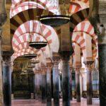 Bosque de columnas y arcos de la Mezquita de Córdoba en España