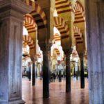 Bosque de columnas y arcos en la Mezquita de Córdoba en España