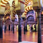 Bosque de columnas y arcos en la Mezquita de Córdoba