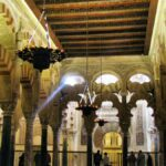 Arcos de la macsura en la Mezquita de Córdoba en España