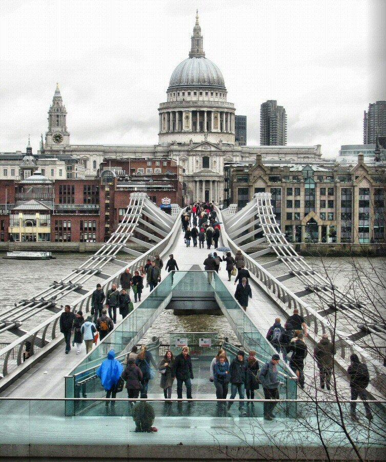 Puente del Milenio frente a la Catedral de San Pablo en Londres