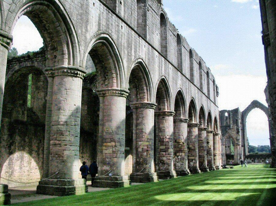 Restos de la abadía medieval de Fountains Abbey al norte de Inglaterra