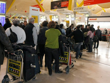 Pasajeros en el aeropuerto de Barajas en Madrid