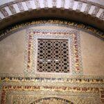 Detalle decorativo de la Puerta del Tesoro junto a la macsura de la Mezquita de Córdoba
