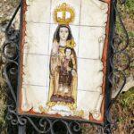 Imagen de la Virgen de Monfrague junto al Castillo del parque nacional en Extremadura