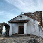 Castillo y ermita de Monfrague en el parque nacional en Extremadura