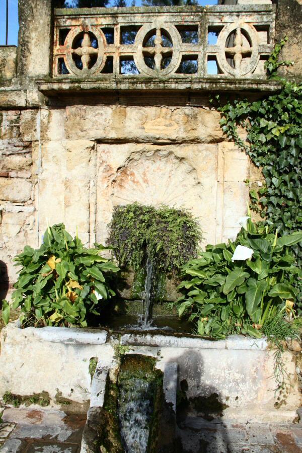 Fuente en los jardines del alc zar de los reyes cristianos - Jardines de andalucia ...
