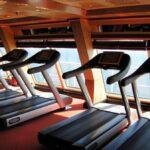 Zona de fitness en el interior del barco de cruceros Costa Serena