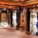 Vestíbulo con ascensores en el interior del barco de cruceros Costa Serena