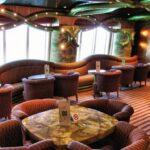 Salón cafetería en el interior del barco de cruceros Costa Serena