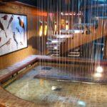 Decoración de vestíbulo interior en el barco de cruceros Costa Serena