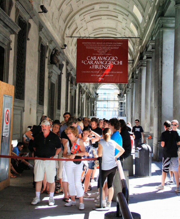 Cola para acceder a la Galería de los Uffizi de Florencia en Italia