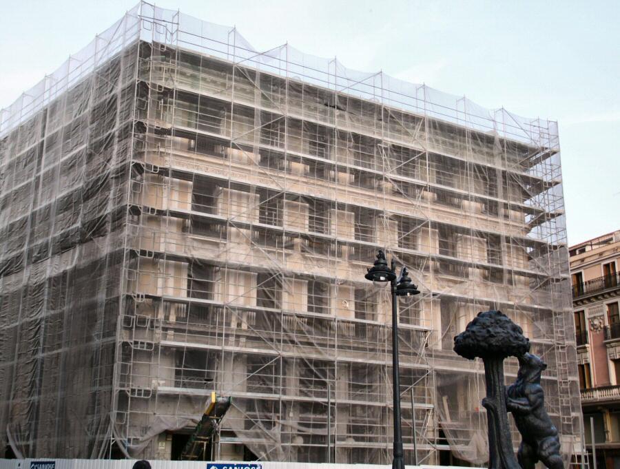 Edificio de la Puerta del Sol sin el cartel publicitario de Tio Pepe en Madrid