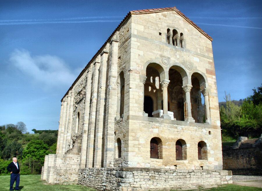 Fachada sureste de Santa María del Naranco de Oviedo en Asturias