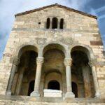 Balcón de la fachada este de Santa María del Naranco de Oviedo en Asturias