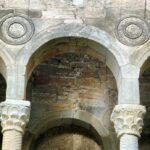 Detalle de la fachada este de Santa María del Naranco de Oviedo en Asturias