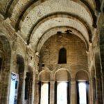 Interior de la nave principal de Santa María del Naranco de Oviedo en Asturias