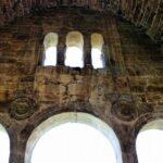 Detalle del interior de Santa María del Naranco de Oviedo en Asturias