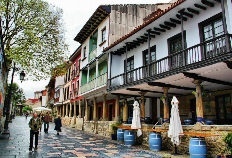 Calle Galiana en el centro histórico de Avilés en Asturias