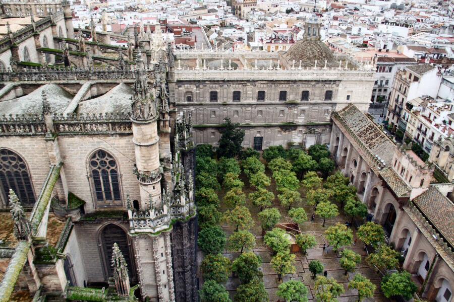 Vistas del Patio de los Naranjos de la Catedral de Sevilla desde la Giralda