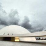 Cúpula del Cultural Cultural Niemeyer de Avilés en Asturias al anochecer