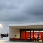 Cafetería del Centro Cultural Niemeyer de Avilés en Asturias al anochecer