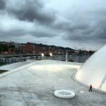 Cúpula del Centro Cultural Niemeyer de Avilés en Asturias al anochecer