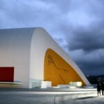Auditorio del Centro Cultural Niemeyer de Avilés en Asturias al anochecer