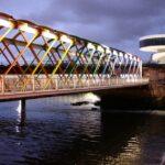 Puente de acceso al Centro Cultural Niemeyer de Avilés en Asturias al anochecer