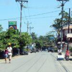 Calle principal de Puerto Viejo en el Caribe de Costa Rica