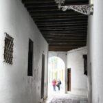 Pasaje en el Barrio de Santa Cruz en Sevilla