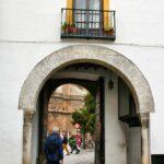 Salida del Patio de Banderas en el Barrio de Santa Cruz de Sevilla