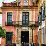 Salida de los Reales Alcázares en el Patio de Banderas en el Barrio de Santa Cruz de Sevilla