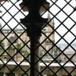 Ventana en las rampas de subida al campanario de la Giralda de Sevilla