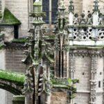 Detalle exterior de la Catedral de Sevilla desde la rampa de subida a la Giralda