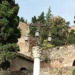 Cruz frente a la Alcazaba de Málaga en Andalucía