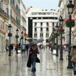 Calle Larios en el centro histórico de Málaga durante un día de lluvia